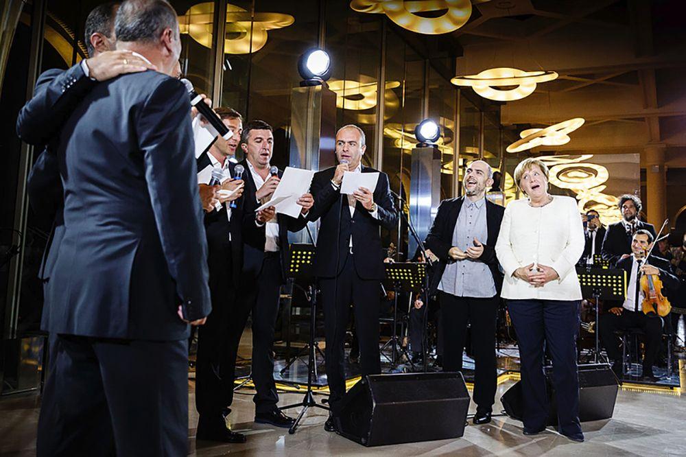 Меркель во время визита в Грузию спела немецкую песню популярную в 1930-е годы