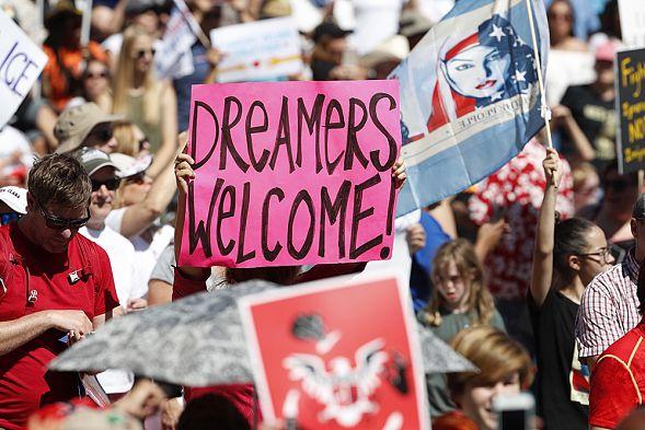 В разных городах США прошли многотысячные акции против миграционной реформы Трампа